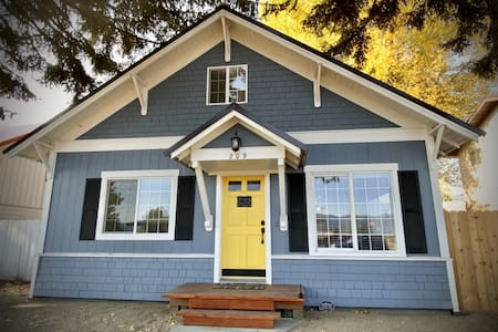 Beautifully Remodeled Charmer - The Front Street Cottage