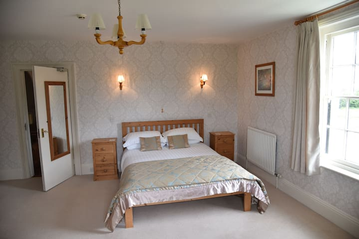 Janice's Kingsize Room - No 1