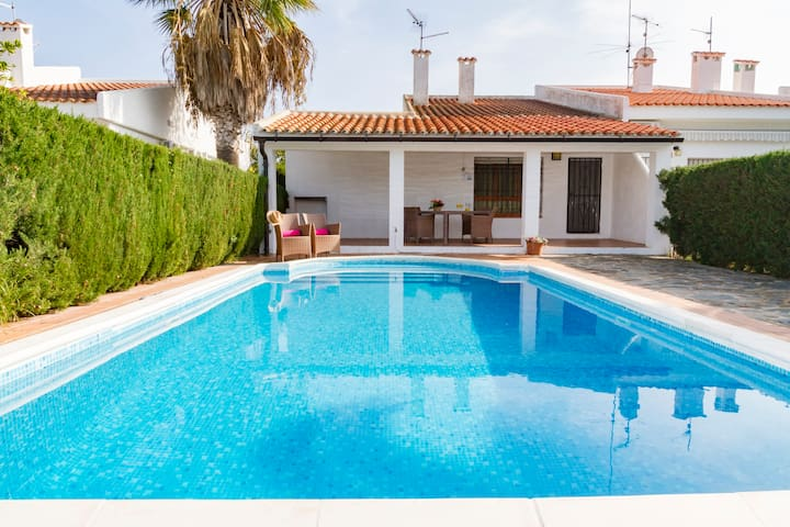NICE VILLA WITH POOL, BBQ AND CLOSE TO THE BEACH!