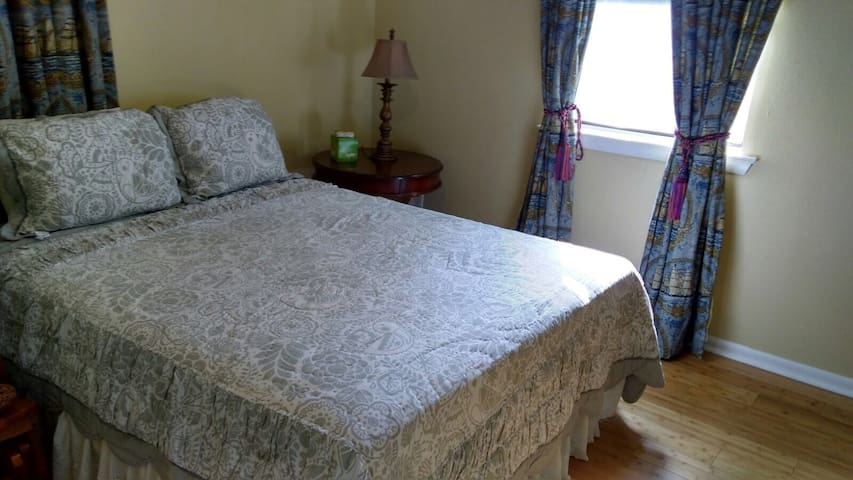 Room in family house near airport - Metairie - House