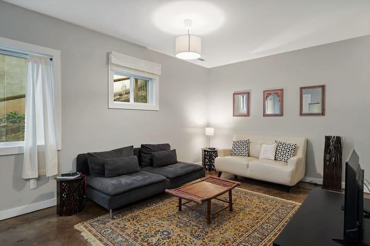 Modern Apartment | Walk to Downtown | Asian Decor