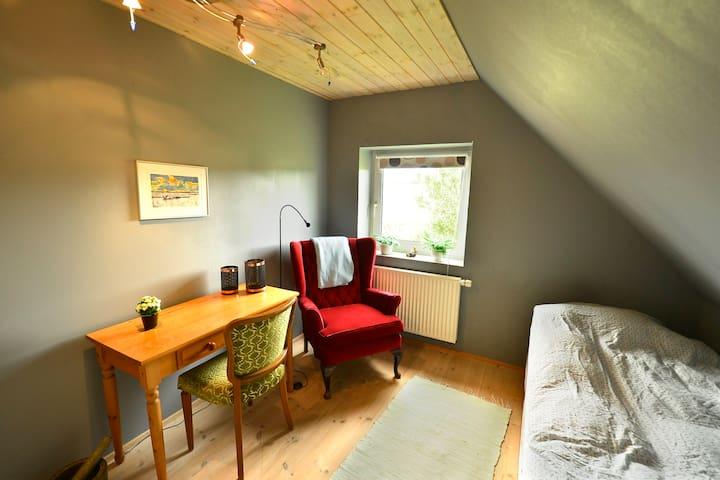 Nyrenoveret værelse på loftetage - Stoholm - Bed & Breakfast