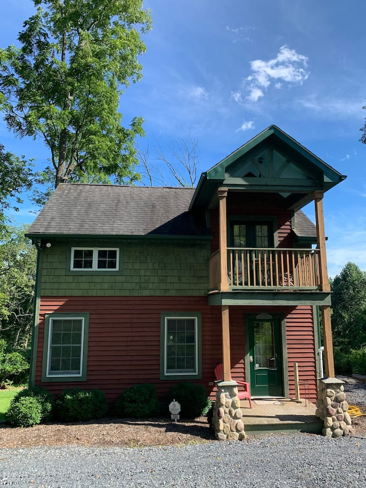 Unique Cottage - wooded views and close to town