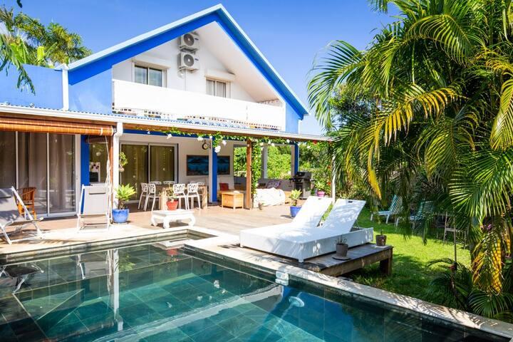 Maison tout confort, piscine avec jets de massage