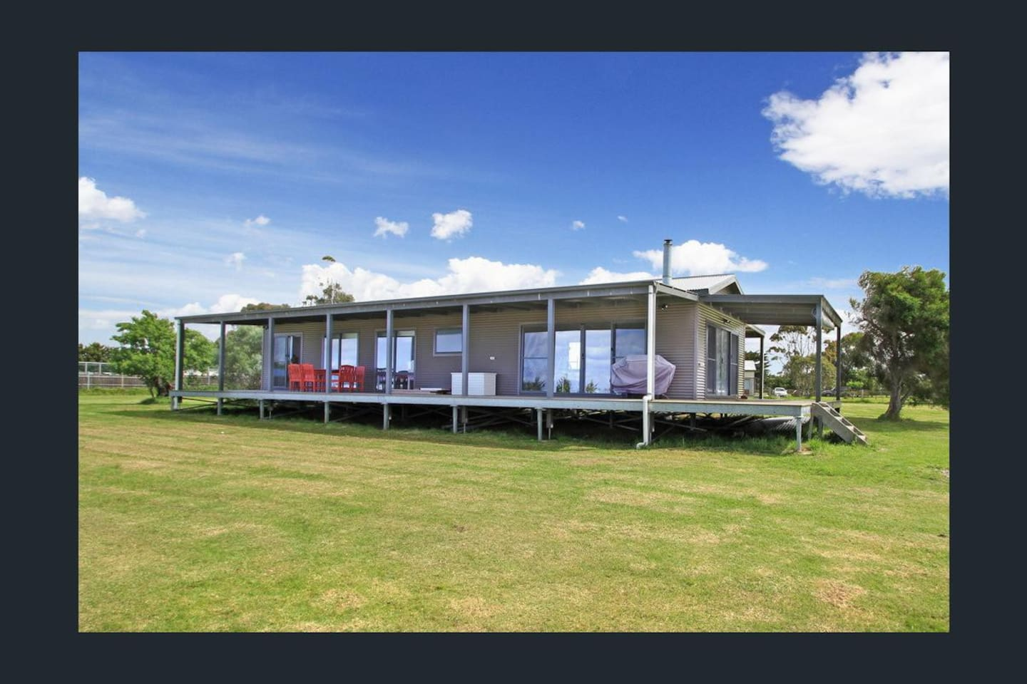 'The Spray Beach House' is a 3bdrm beach holiday house set on 2 acres on the outset of Seaspray town on the ridge of the hill overlooking 180 degree views of the Ninety Mile Beach, Gippsland.