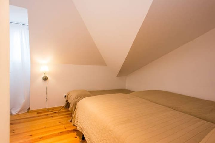Room in city centre (Chiado), in renewed flat