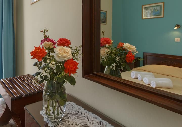 Comfortably furnished twin room with balcony