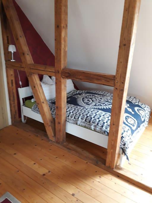 140 cm breites Bett im Wohn/Schlafzimmer