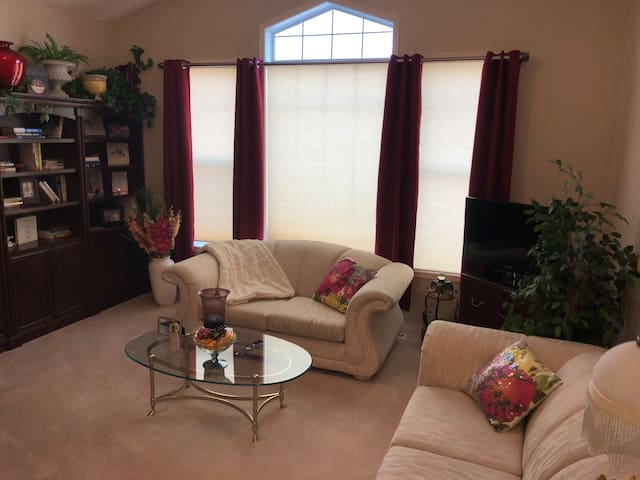 B Okotoks A/C Cozy Queen bed sitting area TV Wi-Fi