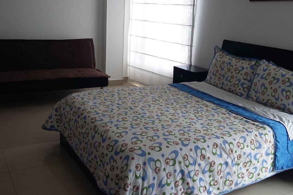 El apartaestudio tiene una cama doble y un sofacama dispuestos para la comodidad de nuestros huéspedes