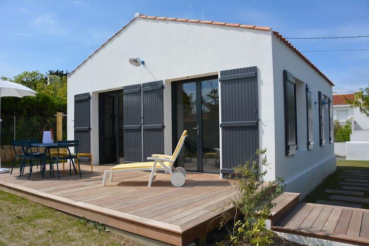Maison rénovée cœur village accès direct plage