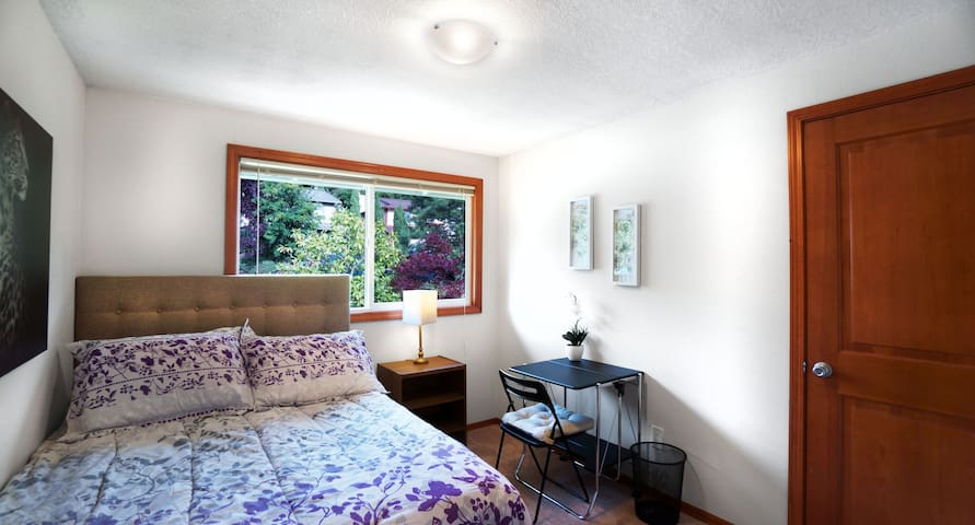Beautiful Home Safe and Walkable Bus Downtown