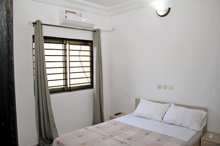 Chambre 3 - lit double 140x190, climatisée, TV, salle de bain