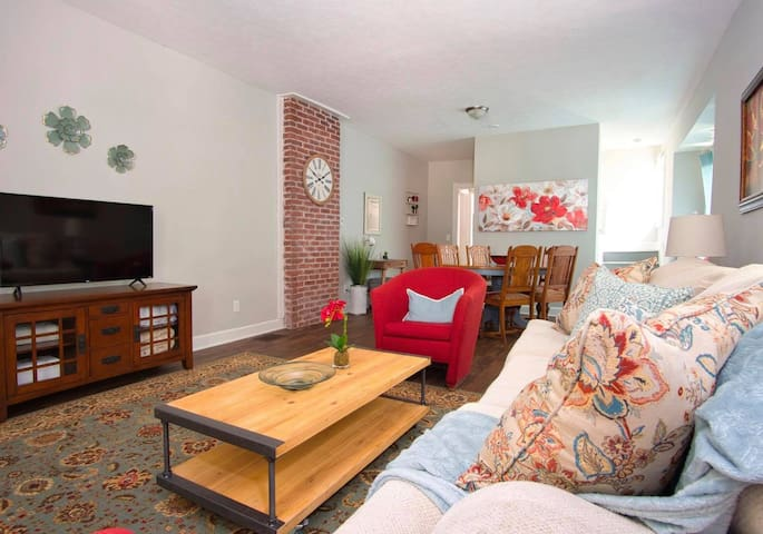 Downtown Spacious and Cozy! Close to everything!