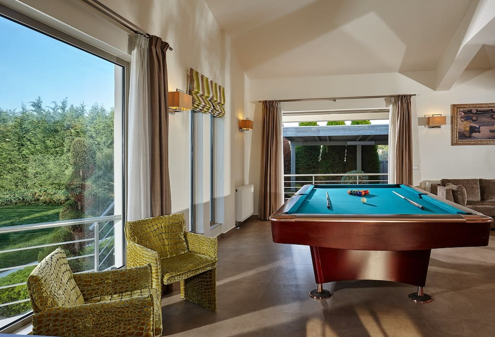 Professional pool table with pool view for moments of relaxation.