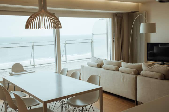 Superb large modern flat with seaview and parking!