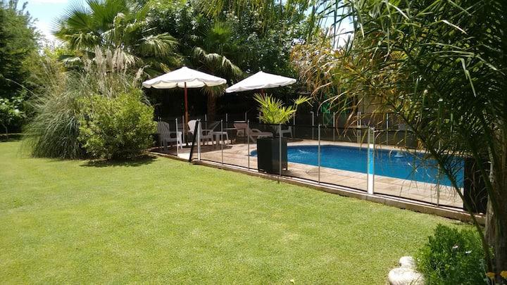 Casa, pileta, jacuzzi y gran jardin (10 min ctro)