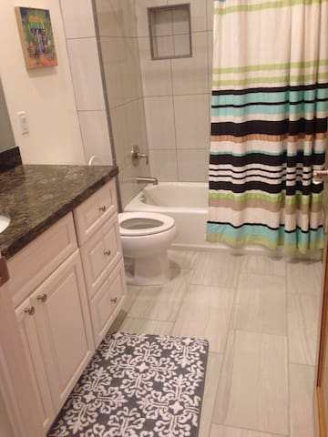 Luxe Suite w/Private Bathroom & Patio Female Only - Riverside - House