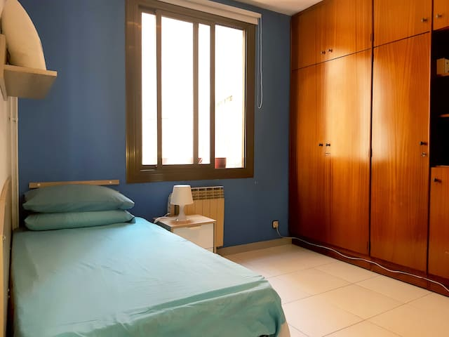 "Spacious cozy room in Homecelona-Metro ""MARAGALL"""