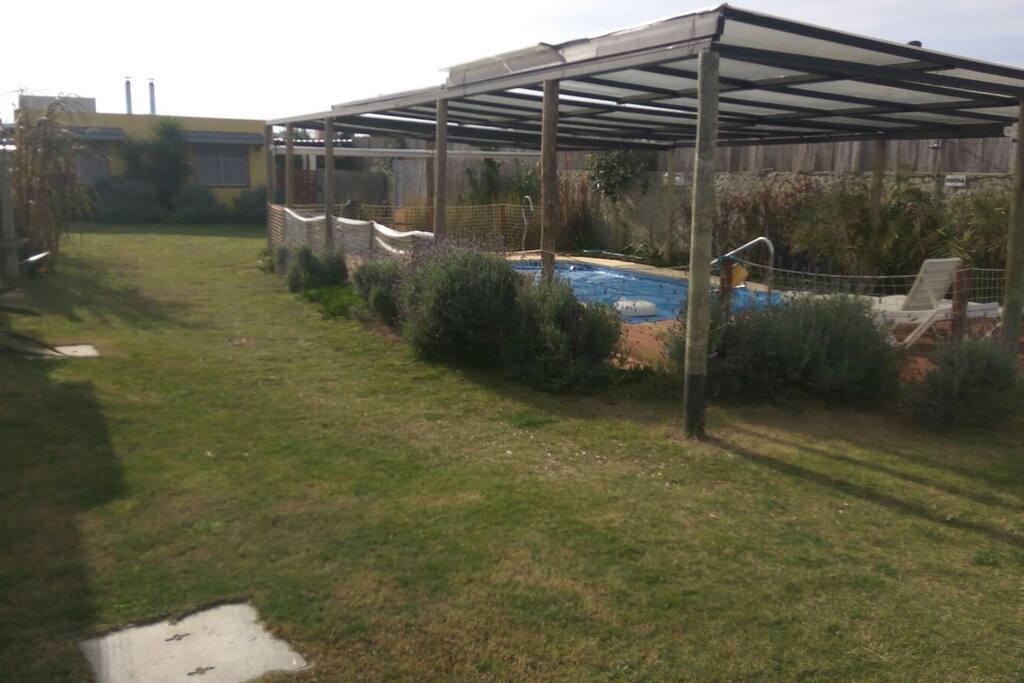 Amplio jardín brinda intimidad a cada casa
