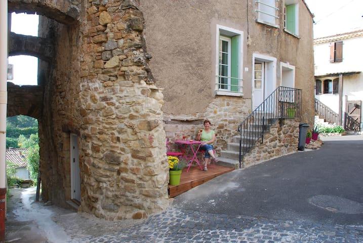 Landsbyhus i gl.bydel til 6 per. - Neffiès - Huis