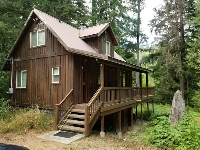 Perfectly Located Large Skykomish River Ski Chalet
