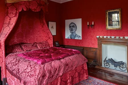 King Charles' Bedroom, the Manor - Harlington - Haus