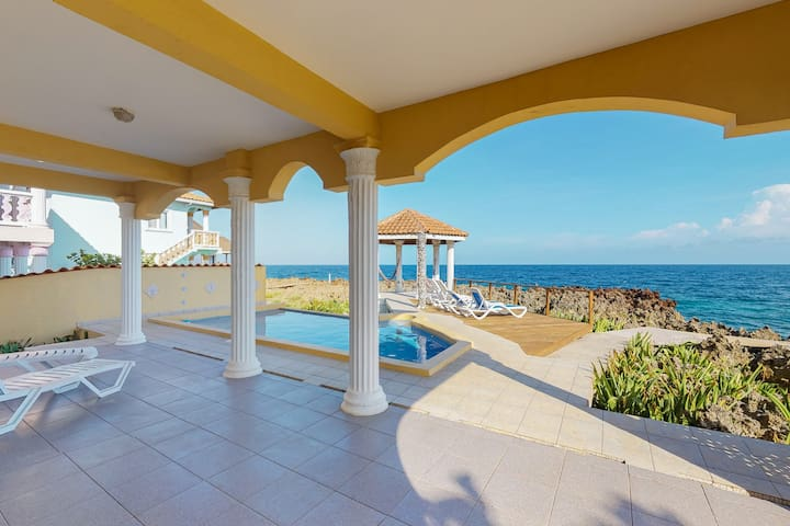 Oceanfront rental with shared pool, gazebo and hammocks - quiet surroundings