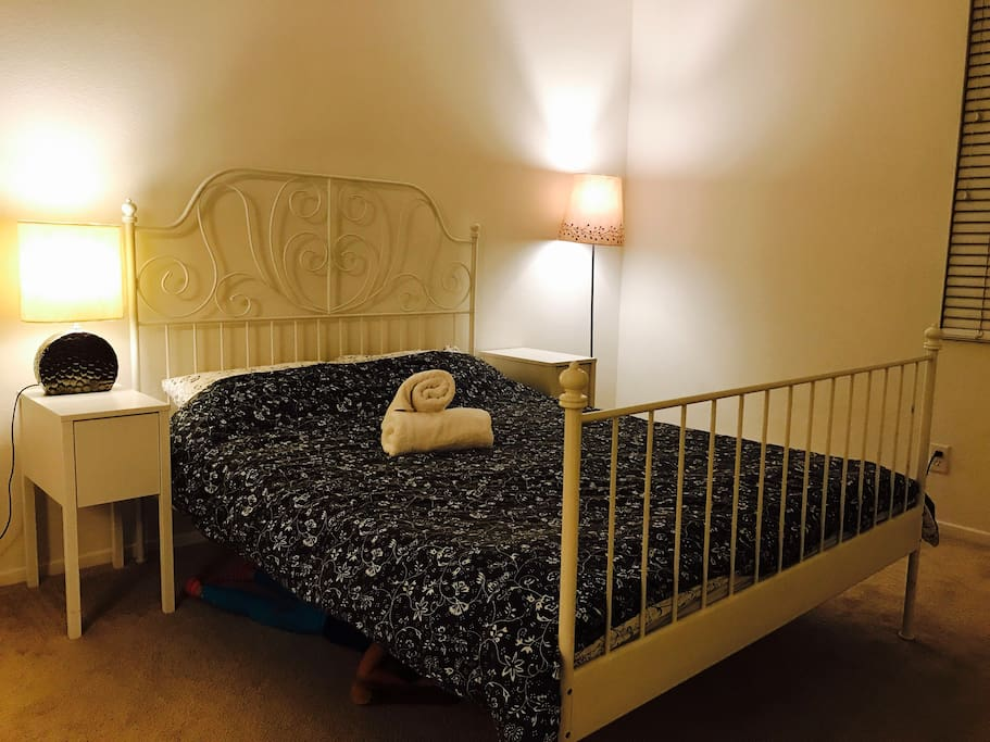 master room with queen size bed also can add a additon single bed