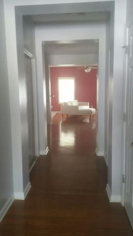Townhouse 4 mi. from airport 10 mins downtown Atl.