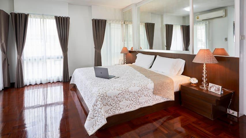The main bedroom, with en-suite.