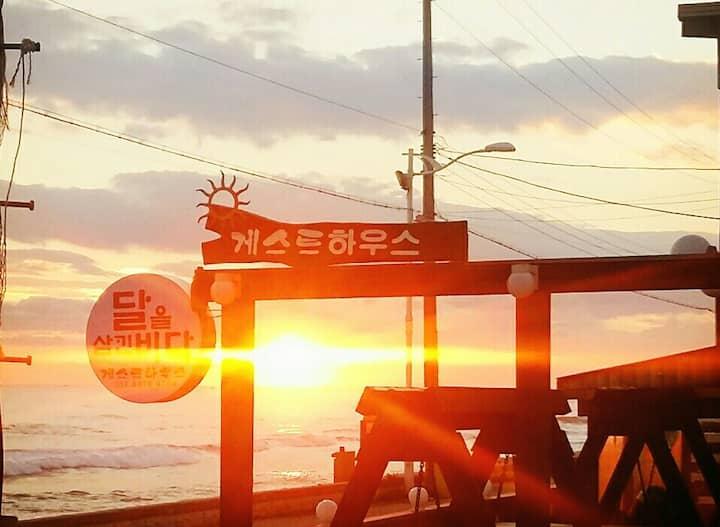 강릉 바다 앞 달을삼킨바다_front of the sea(2)