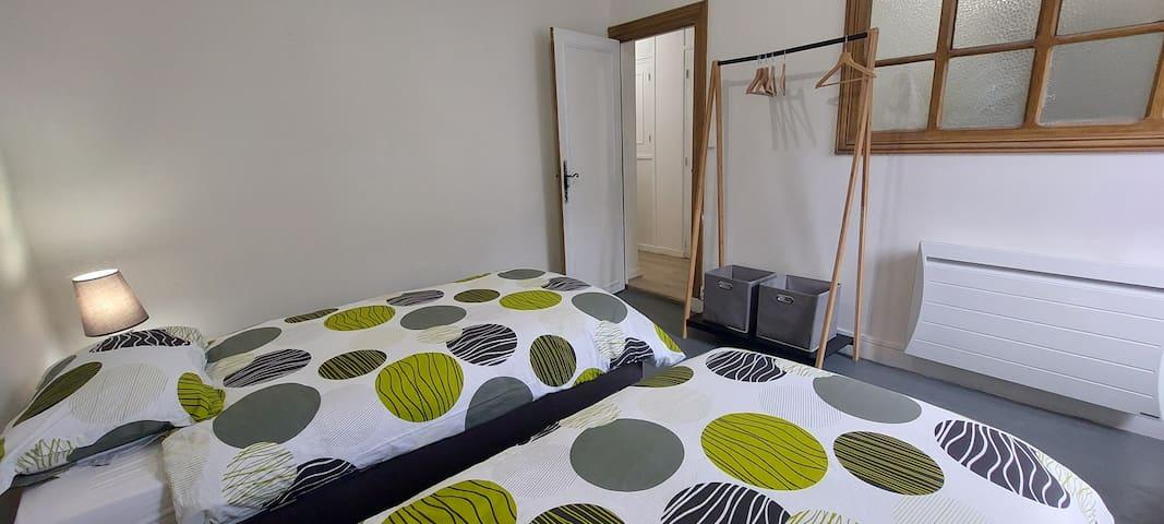2 lits de 90. Linge de maison peut être inclus pour €10 de plus par séjour et chambre.