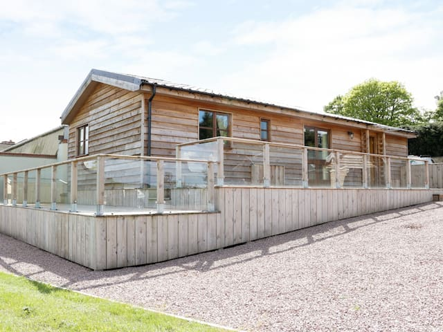 HILL VIEW LODGE 1, pet friendly in Stottesdon, Ref 980648