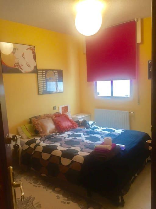 Habitación cama de matrimonio que da a patio, pero es luminosa. Extras en siguientes fotos