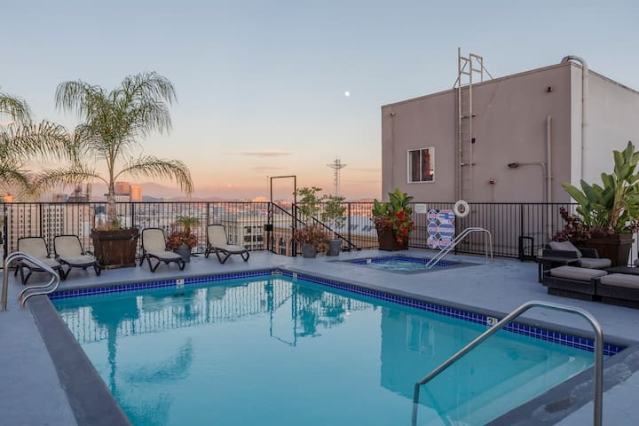 ROOFTOP POOL 11th FLR DTLA Loft steps from it all!