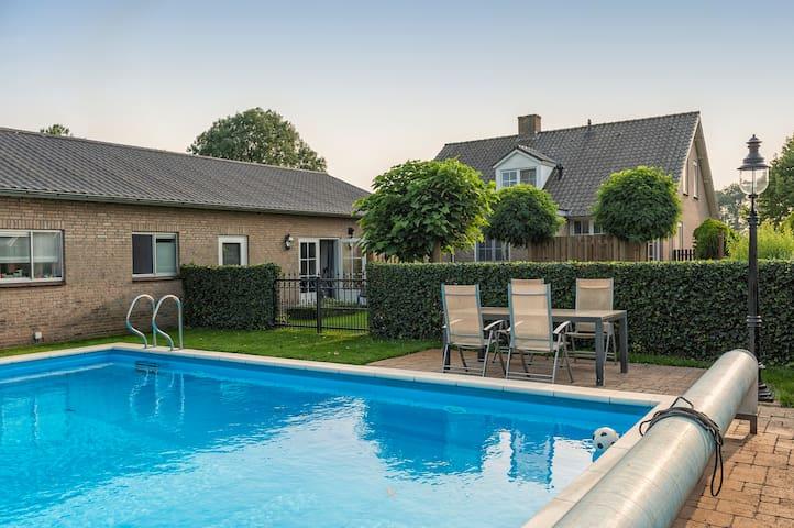 Vakantiehuis in groene omgeving met zomerzwembad