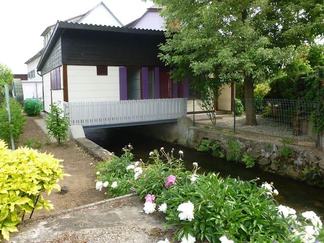 Atypique maison au dessus de l eau sécuriser pour les enfants