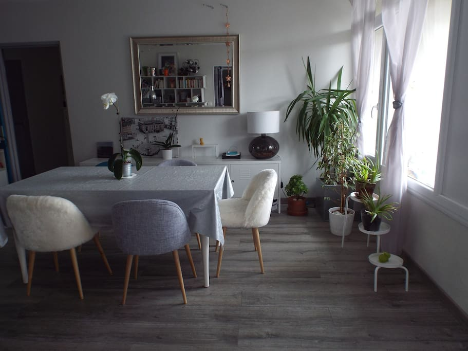 Salle à manger spacieuse et lumineuse