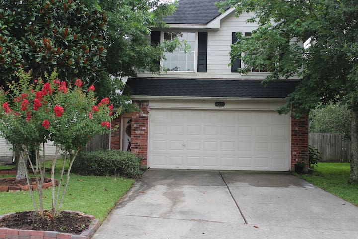 Cute quaint house. Tucked in the back of a quiet established neighborhood. No sound of traffic or rushing cars. Decorated w/ beautiful oaks, magnolia and crepe myrtles.