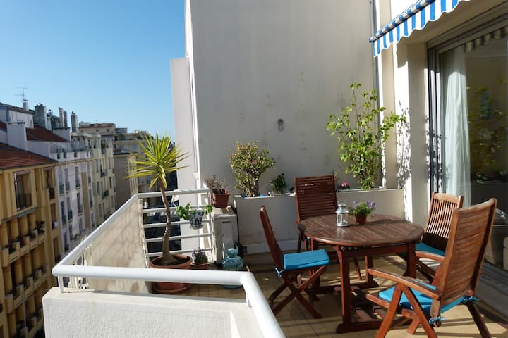 A 2-room apt. and a magnificent terrace in the MUSICIENS district