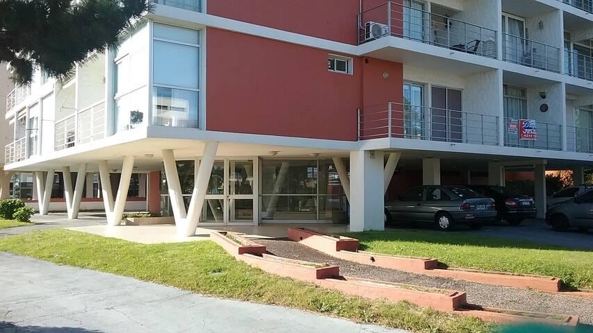 Frente al la playa super cómodo, dos balcones.