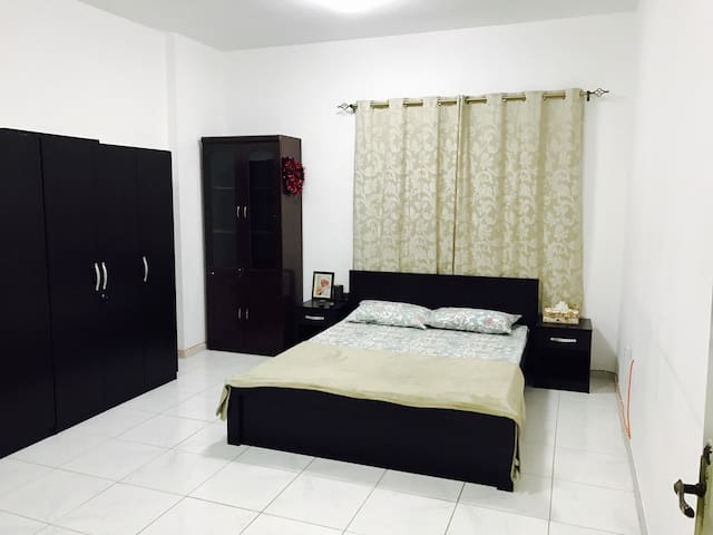 Spacious room perfect for 2! - Sharjah - Apartamento