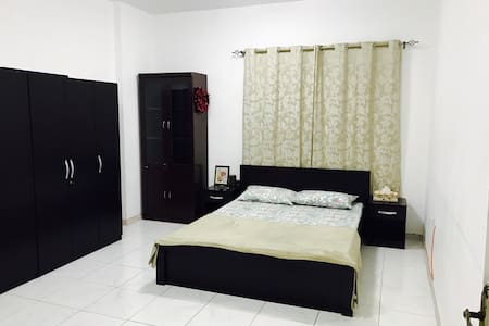 Spacious room perfect for 2! - Sharjah - Daire