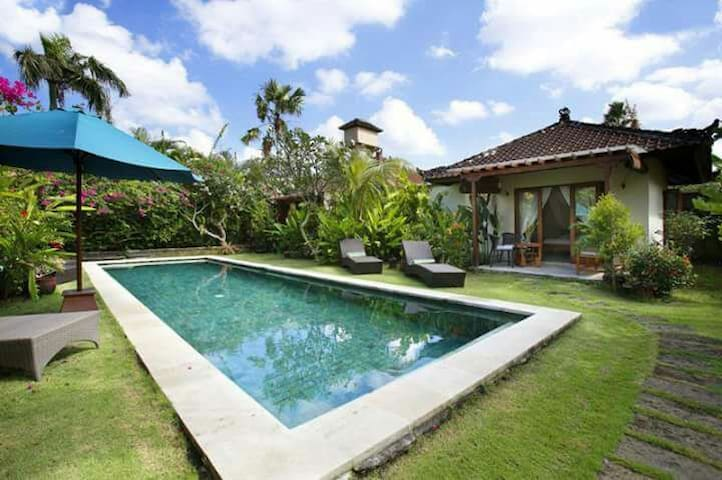 Bungalow in beautiful garden - Kuta
