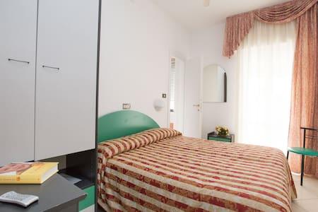 L 'hotel Metropol si trova nel lungomare di Sottomarina.Hotel fronte-mare offre camere con tutti confort,  Le camere sono dotate di chiave elettronica, tv, phon,frigo,telefono,cassaforte