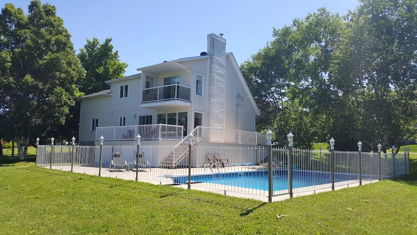Nice and quiet home with pool - Saint-Michel-de-Bellechasse - House