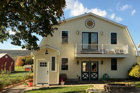 Lakeside Carriage House B&B at Leaser Lake - Kempton