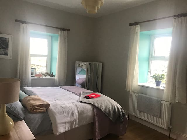 Double bed/ensuite/wifi/sky tv/parking