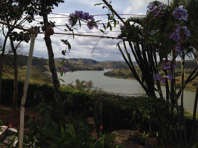 Prazer com vista para o lago: Azul, Verde e Sol 10